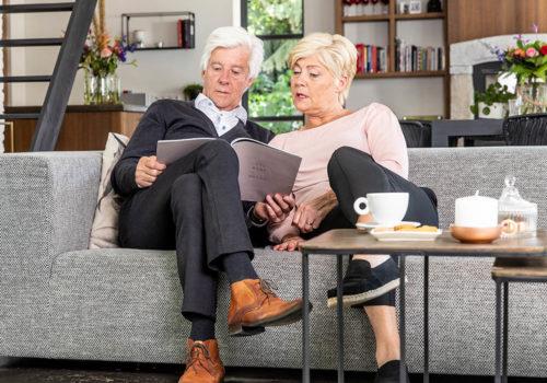 1100-woman-men-sofa-reading-cu